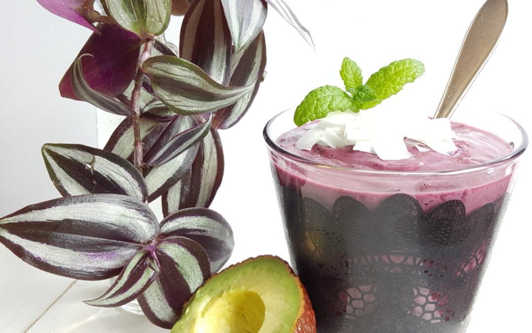 Krämig smoothie med blåbär och granatäpple