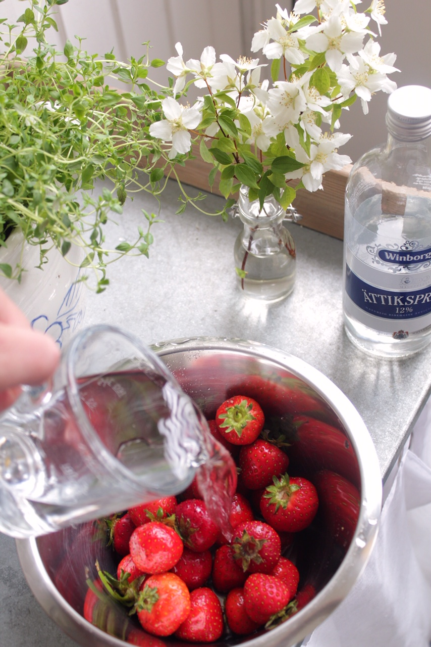 tvatta-av-jordgubbar-med-attika