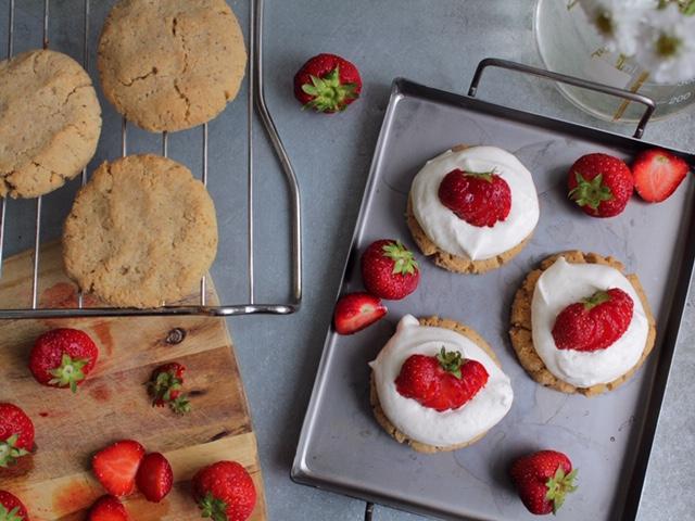 mjuk-kaka-med-kokos-gradde-och-jordgubbar-paleo