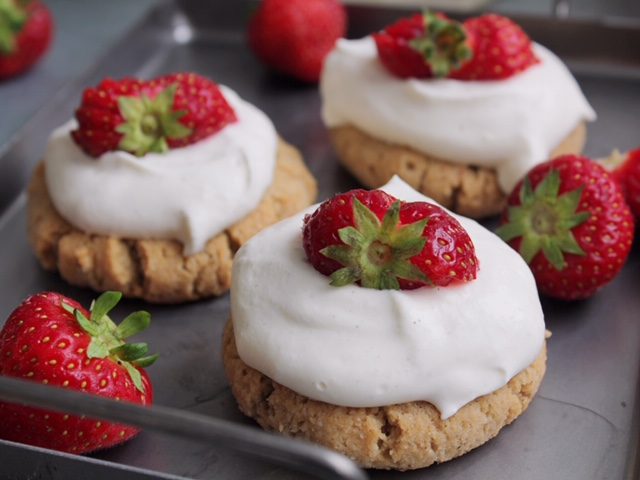 Mjuk kaka med kokosgrädde och jordgubbar