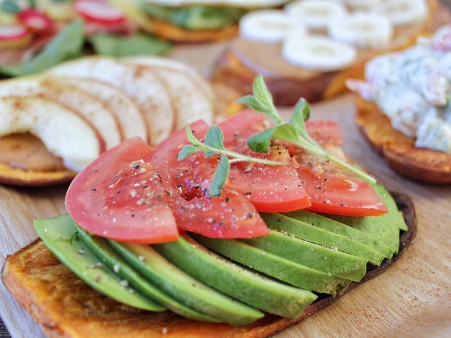sotpotatis-toast-avokado-tomat